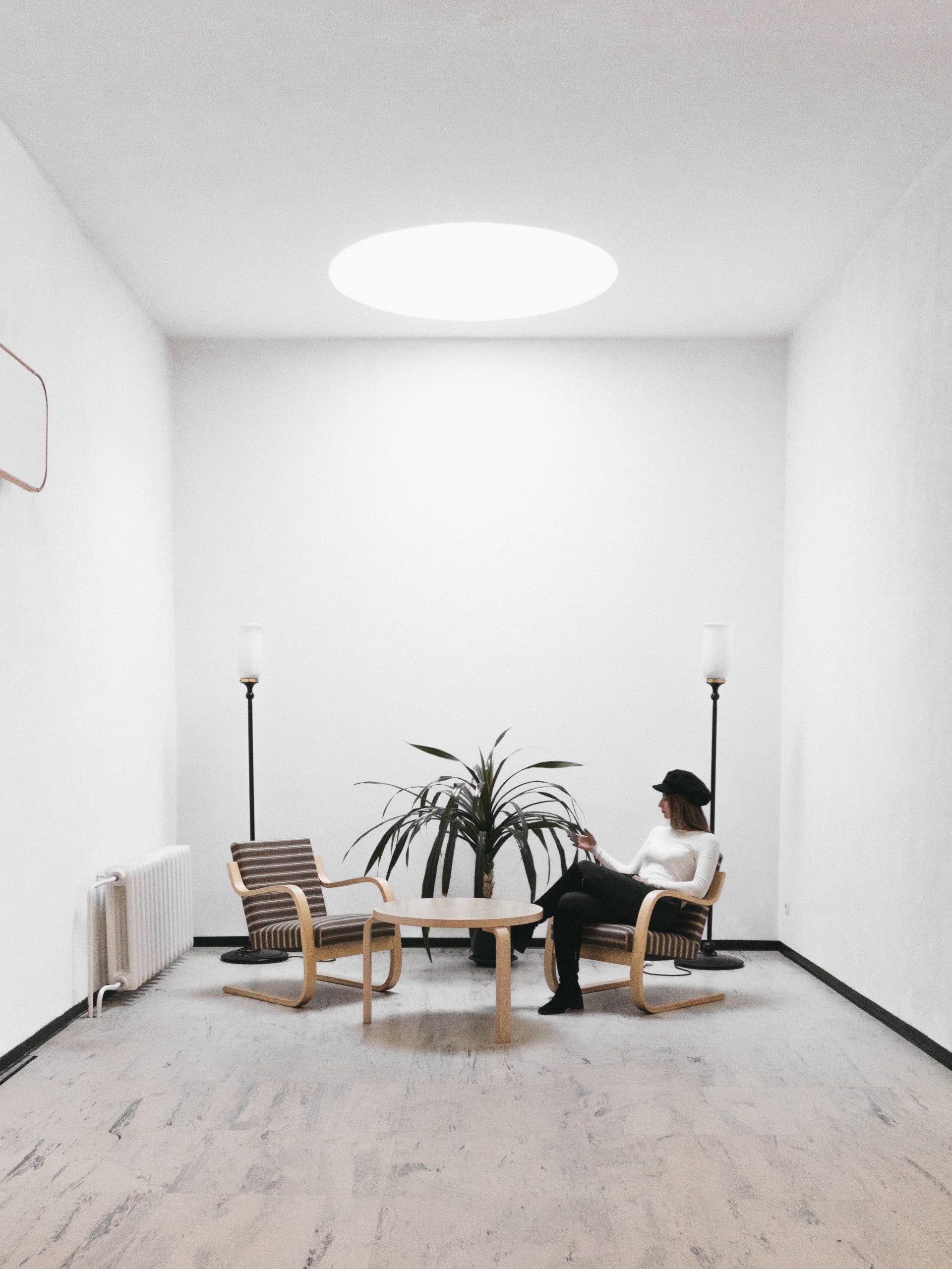 Dom drewnem (prawie) pachnący... Jak zaaranżować salon w stylu leśnym?