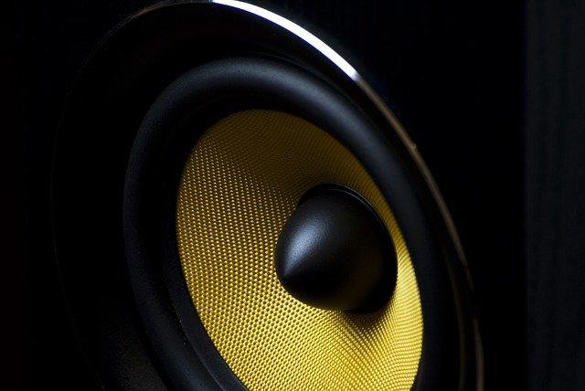 Na co zwracać uwagę wybierając głośniki?